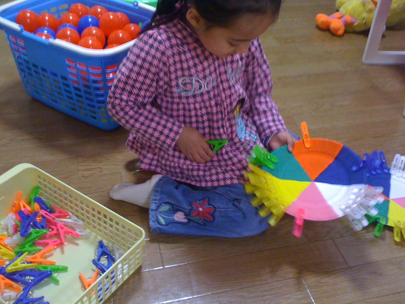 نشاط تعليمي لتمييز الألوان و التطابق للأطفال المصابين بالتوحد